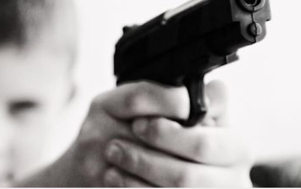 Usa, bimbo di 4 anni spara alla mamma incinta