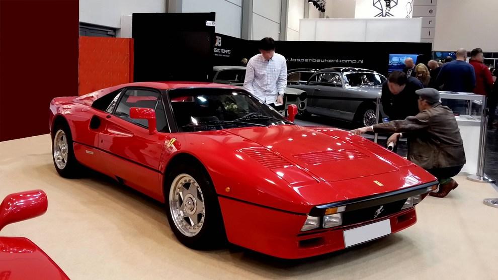 Chiede di provare una Ferrari d'epoca, sale al volante e la ruba