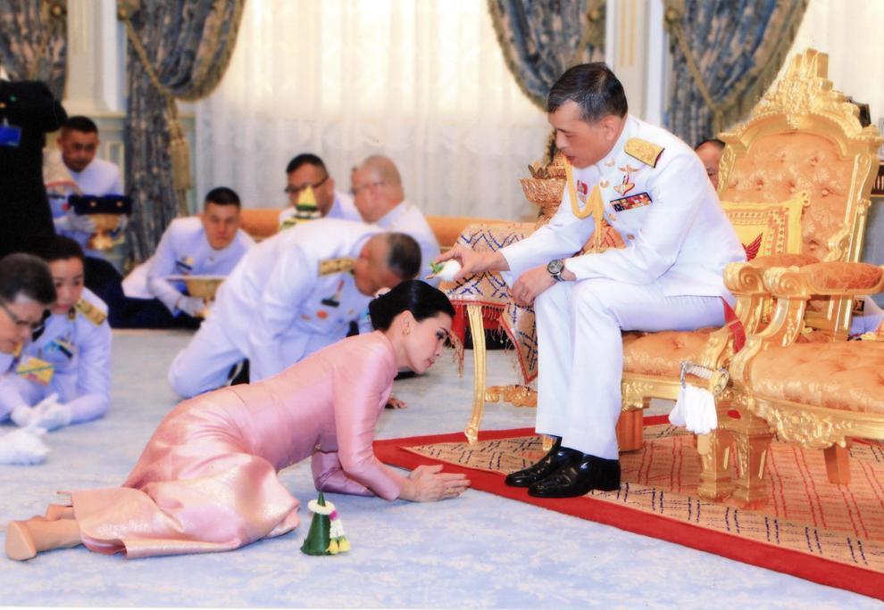 Thailandia: il re Vajiralongkorn sposa la sua guardia del corpo