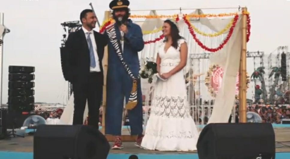 Frasi Per Matrimonio Jovanotti.Jova Beach Party A Linate Jovanotti Sposa Una Coppia Di Fan Nell