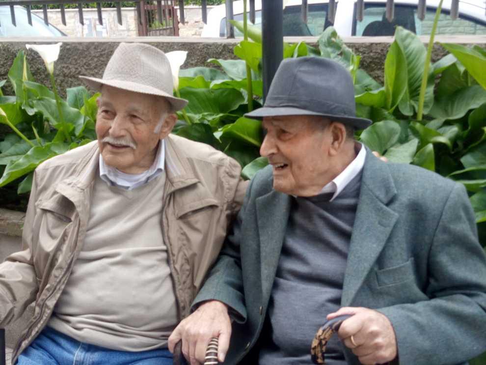 I gemelli compiono 100 anni, una vita insieme lunga un secolo: festa doppia oggi per Paris e Egidio