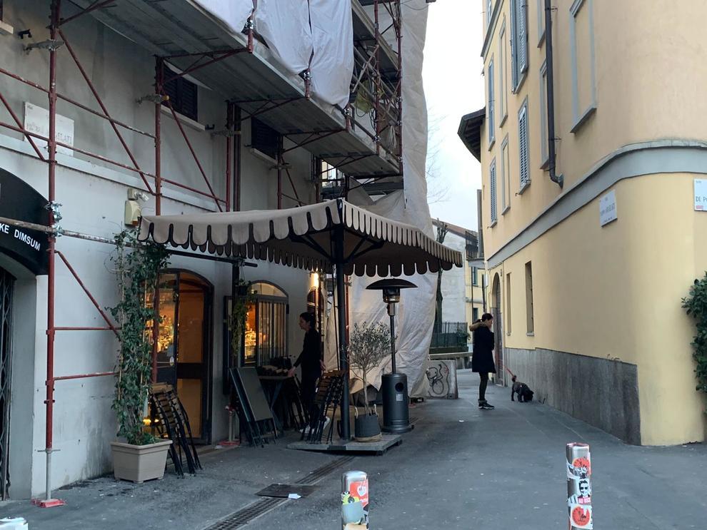 Coronavirus, Milano mette la testa a posto: alle 18 centro vuoto e locali chiusi, resistono solo i baci