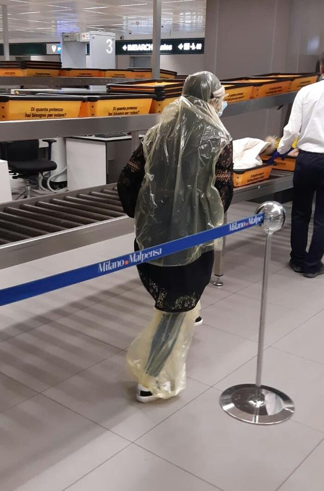 Malpensa, paura Coronavirus: in aeroporto con i sacchetti dell'immondizia in testa