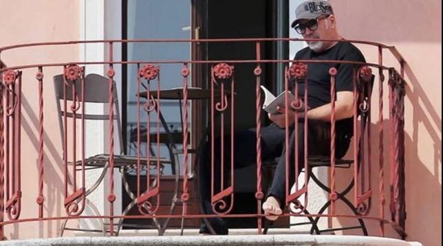 Vasco Rossi, quarantena sotto il sole sul terrazzo di casa FOTO