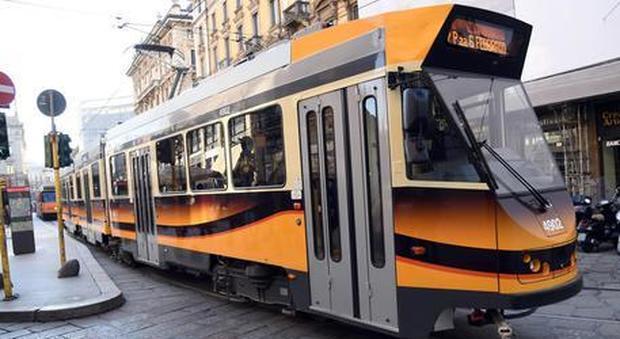 Milano, aggredisce il guidatore e fugge col tram: arrestato, autista ferito