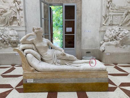 Si siede sulla statua di Canova per un selfie e la rompe, turista austriaco 50enne confessa. «Pagherò i danni»