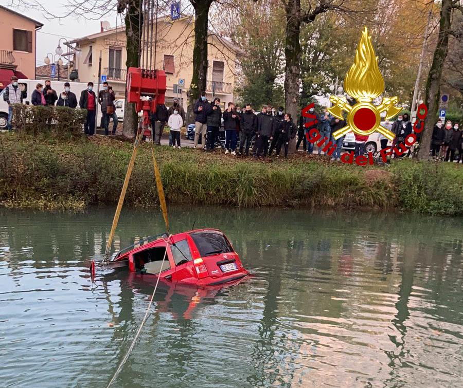 Sbanda e finisce nel Naviglio Brenta con la Panda, riesce ad uscire e raggiunge la riva a nuoto