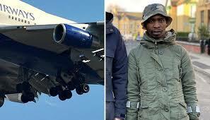 Dal Sudafrica a Londra appesi al carrello dell'aereo a -60 gradi: «Ho visto morire il mio amico del cuore»